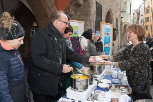 Traditionelles Suppenessen zum Beginn der Fastenzeit beim Innsbrucker Stadtturm – mit viel Prominenz. Bildnachweis: Diözese Innsbruck/Sigl