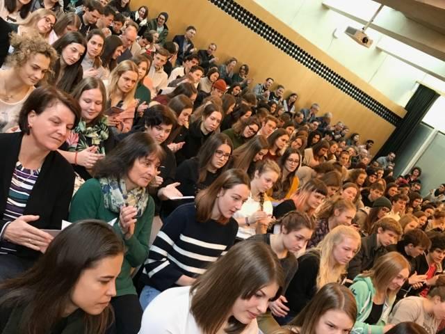 Über 300 SchülerInnen aus ganz Tirol beim Theo-Tag im Innsbrucker Haus der Begegnung