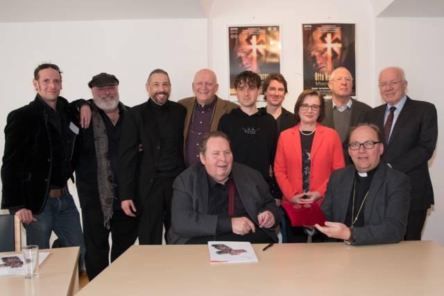 Ein Film gegen das Vergessen: Im Vordergrund mit Ottfried Fischer und Bischof Hermann Glettler sowie vielen Mitwirkenden im Filmteam und Schirmherren